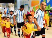 高清:中国球童亮相巴西世界杯 牵手马斯切拉诺