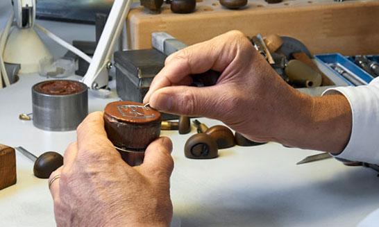 镂雕机芯的每道工序都更为复杂