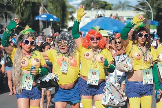 """巴西男性有54%体重超标,女子也有48%过重,世足赛甚至得为""""重量级""""球迷特设宽阔的座位。图为巴西利亚嘉年华照片。"""