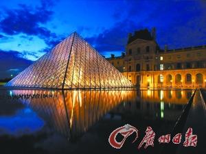 夜幕降临,巴黎卢浮宫华灯初上。而在白天,这里总是人潮拥挤。