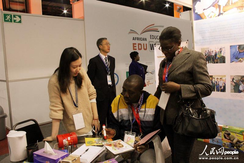 """第八届非洲教育周""""中国日""""活动10日在在南非经济中心约翰内斯堡举行。图为中国教学仪器设备有限公司总裁李兴植在致辞。"""