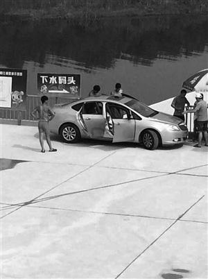 一辆轿车堵住了下水码头 网友供图