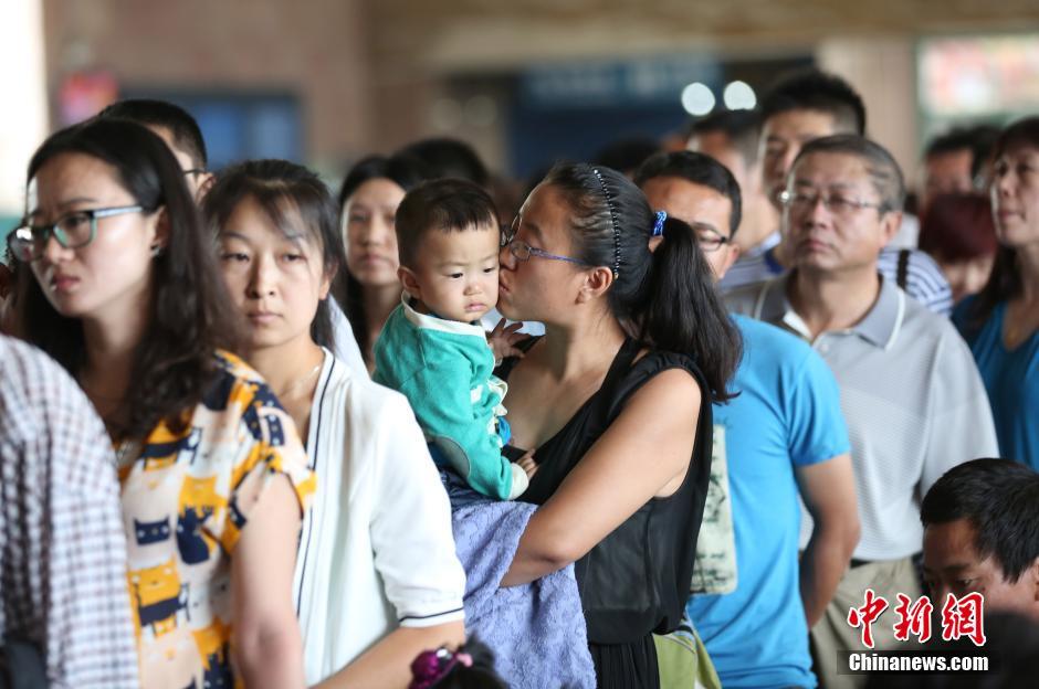 7月11日,山西太原火车站,售票大厅乘客爆满,排成长队准备买票。随着中国各地学生、旅游和探亲三大客流的迅速增加,2014年暑运迎来一轮客流高峰。中新社发 武俊杰 摄