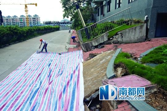 昨日上午9时,南沙广晟海韵兰庭突然发生地陷,旁边E、F楼栋的居民被紧急疏散。南都记者黎湛均实习生 刘伟舜 摄