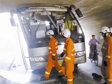 本报讯 (记者姜樾 吕献峰)昨日6时,一辆大客车在途经成林道地道时走错道路,闯入限高2.5米的辅路。几乎整辆车车身都冲入地道,造成车辆上半部严重变形,多名乘客在事故中受伤。