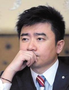 """芮成钢 被誉为""""财经频道国际化的标志""""。曾发表博文《请星巴克从故宫搬出去》,引发关于中西文化的争论。"""