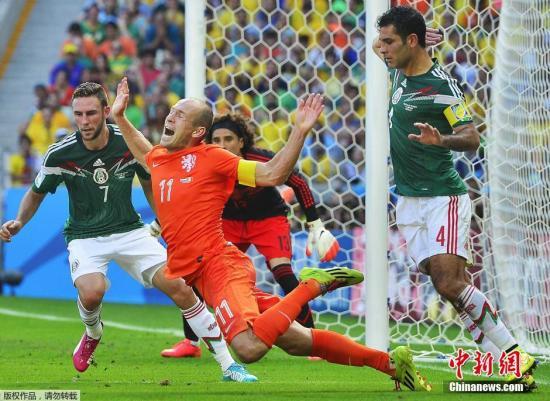 罗本摔倒的瞬间已经凝固成永恒,成为本届世界杯上流传的佳话