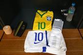 高清图:巴西荷兰更衣室静候 内马尔球衣也在列
