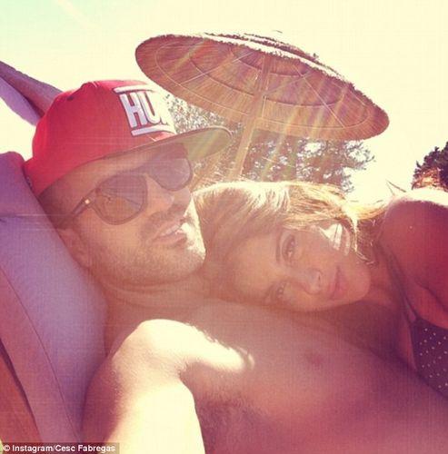 中新网7月13日电据英国每日邮报消息,西班牙中场法布雷加斯正在享受赛季前度假的美好时光。27岁的他在社交软件上发布了一张照片,显示自己正和女友丹尼尔享受日光浴。