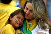 高清图:巴西小萌娃赛后泪奔 妈妈怀里释放心情