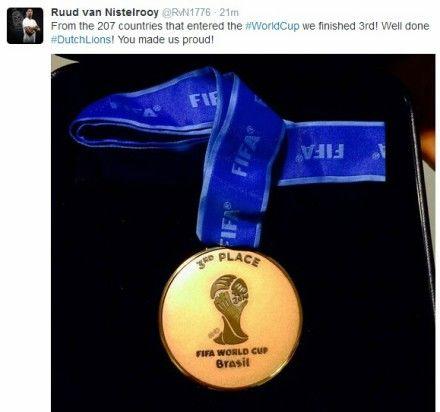 范尼晒荷兰世界杯奖牌:好样的 你让我们自豪(图)