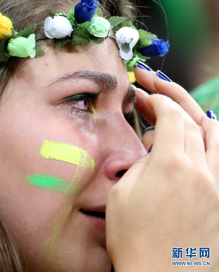巴西球迷伤心落泪(组图)图片