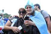 前方图:阿根廷球迷海滩聚会 边唱边跳热情造势