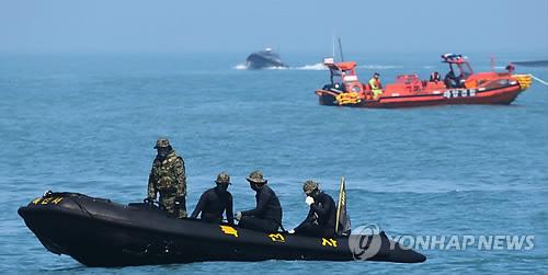 资料图片:6月5日,韩国官民军救援队在事发海域进行搜救工作。