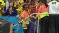 视频-范佩西致谢球迷 摘队长袖标送给忠实拥趸