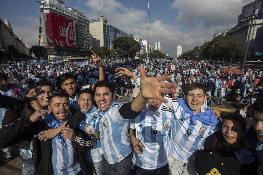 (世界杯·足球连线)(2)阿根廷球迷观赛(图)