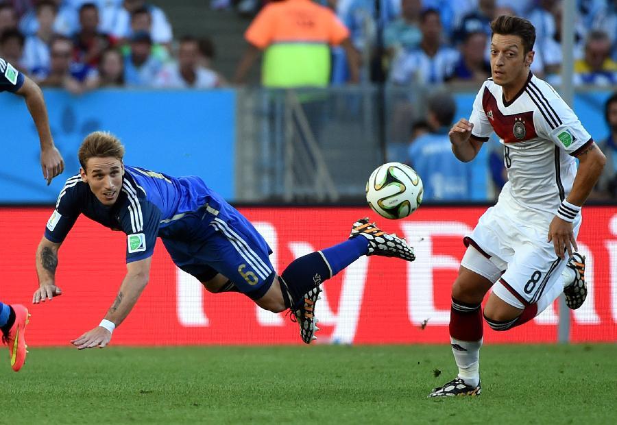 10年德国对阿根廷_(世界杯)足球——德国队与阿根廷队争夺冠军(图)-搜狐滚动