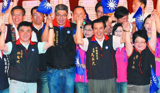 人民网7月14日电据台湾《联合报》报道,马英九昨再为国民党台北市长参选人连胜文站台辅选,马英九不仅指导连挥舞战旗,还建议勤练竞选歌曲。这是马英九两天来第二度为连胜文站台。