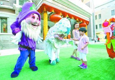图为儿童戏剧节开幕前,可爱的人偶与前来观剧的小朋友亲密接触。陈曦摄(资料图)