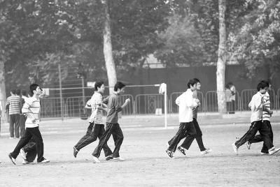 大学生们在参加体育活动