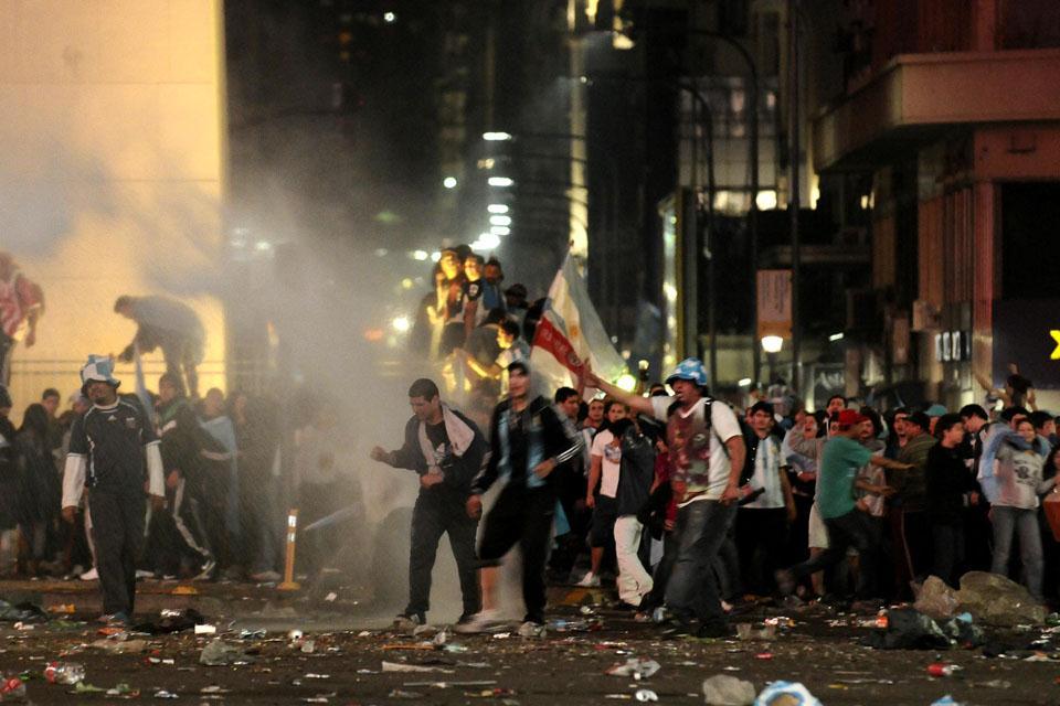 阿根廷首都出现球迷暴力骚乱,球迷四处散逃网页截图