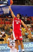 图文:男篮亚洲杯伊朗胜印尼 阿萨兰卡兹米上篮