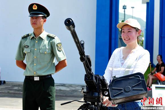解放军驻港部队司令员调整 谭本宏少将接任(2