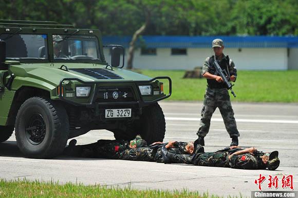 解放军驻港部队司令员调整 谭本宏少将接任(4