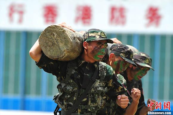 解放军驻港部队司令员调整 谭本宏少将接任(5