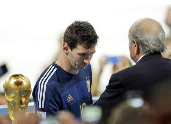 梅西夺世界杯金球奖 诺伊尔获金手套奖实至名归