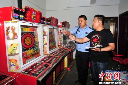 办案民警清点赌博游戏机数量。 郭凯 摄