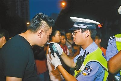 司机正在接受酒精检测。市交巡警总队 供图