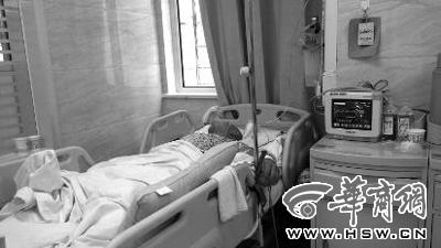 昨日下午,被撞高中生躺在病床上,昏迷不醒 记者 马新斌 摄