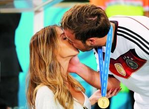 德国队/格策与女友深情一吻。