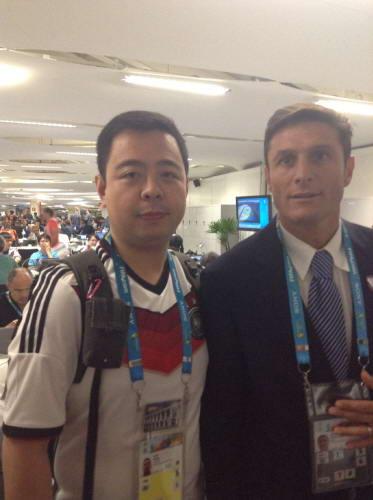 本报记者(左)和萨内蒂合影留念。于洋摄