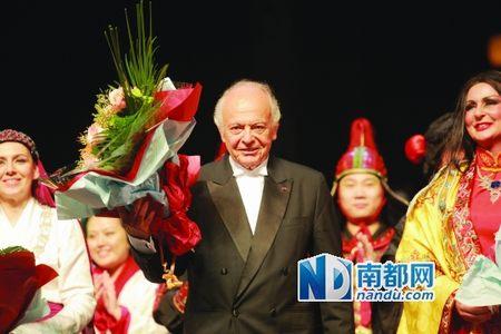 马泽尔指挥演出广州大剧院版《图兰朵》。