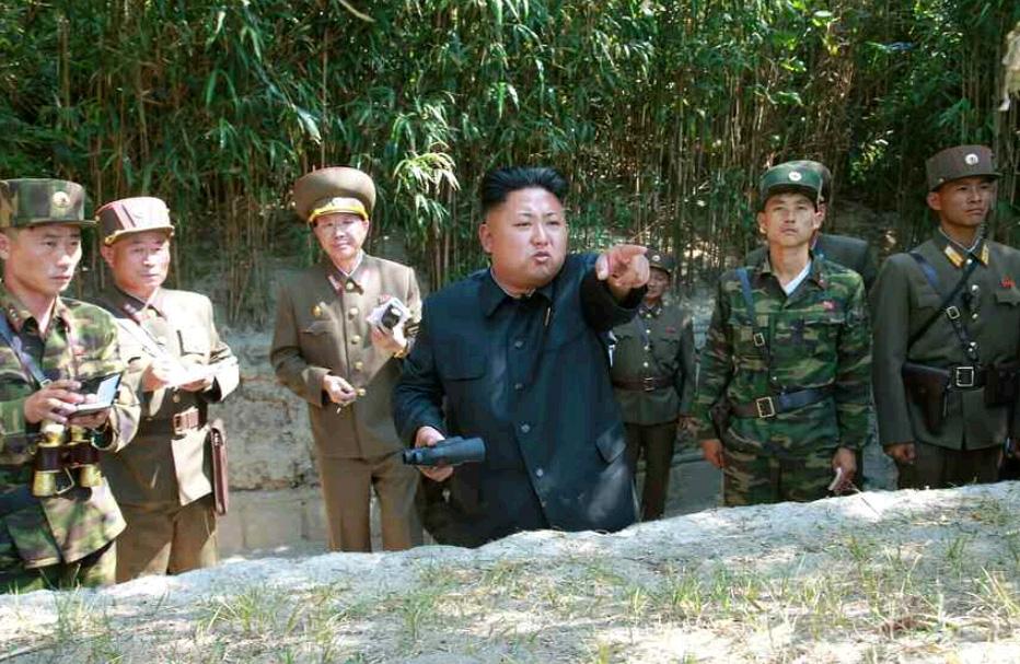 据朝中社7月15日报道,金正恩指导朝鲜部队火炮实弹射击训练。(《劳动新闻》图片)