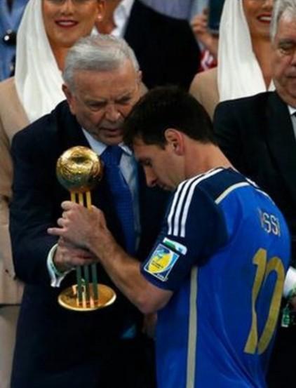 梅西夺世界杯金球奖 成第三位获此殊荣阿根廷人