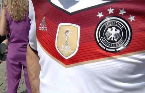 勃兰登堡门前的球迷已经穿起了德国队新版四星球衣