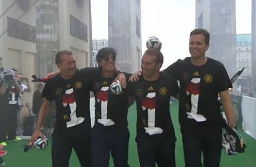 德国教练组亮相勃兰登堡门