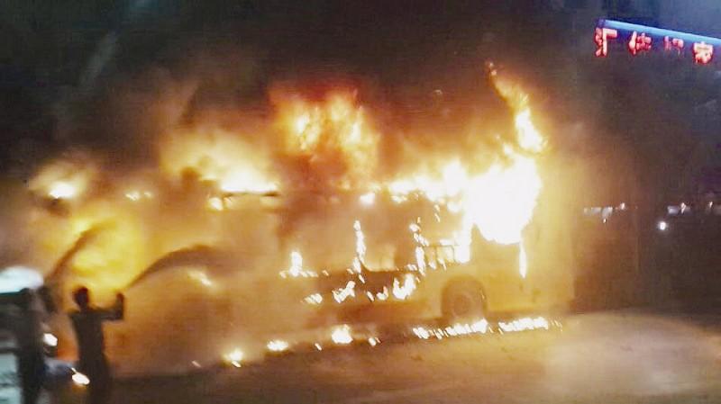 公交车爆炸起火   查看本新闻视频请点击:http://vlog.taihainet.com/play_4s6joq3a10lza59q.html   综合新华社、南方都市报、中新网消息记者从广州市公安局获悉,15日晚7时30分许,广州市海珠区广州大道附近一公交车发生爆炸,已造成2死32伤。   据广州警方初步了解,起火是有乘车人员携带违禁品所致。目前,广州警方正组织力量抓紧对车辆起火原因开展全面调查。现场公交车瞬间被烧成铁架子   昨日晚7时30分许,广州大道南敦和公交站北往南路段,一辆301路公交