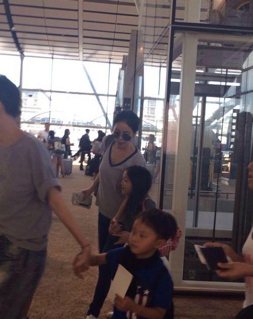 网友机场偶遇王菲