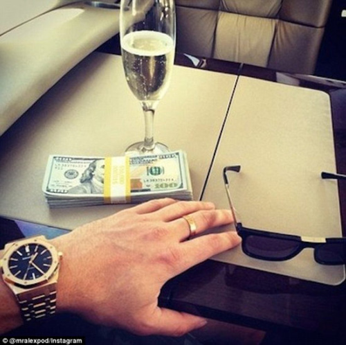 """有人在网上一边炫富,一边告诫人们:""""当乘坐私人飞机时,建议给机长和副机长至少每人1万美元的消费。"""""""