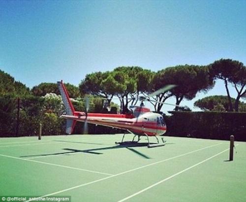 有钱人在网上晒将直升机直接停在网球坪,坐着飞机去打球。