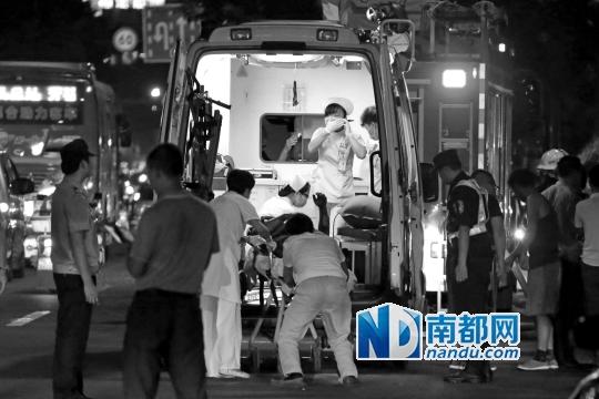 公 交 车 爆燃后,救护人 员 现 场施救。
