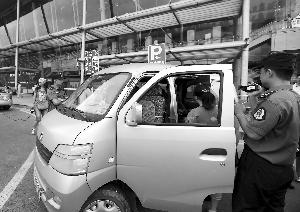稽查人员对涉嫌非法营运车辆进行调查取证 现代快报记者顾炜摄