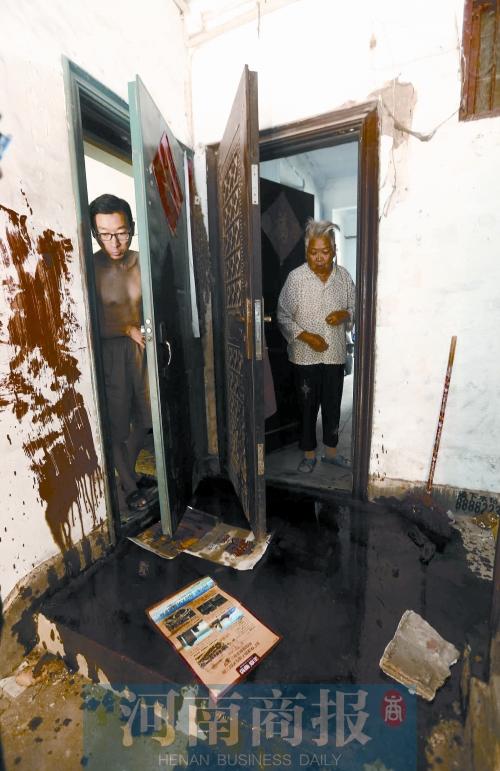7月15日一大早,郑州市丰乐路3号院的居民刘老汉一开门就被门口的景象吓到:黏稠的大红漆混着机油泼了一门,地上也是一摊。