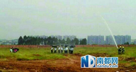 """昨日,哈尔滨交警""""冒雨执勤""""的照片走红,一旁的消防车引发网友质疑。图片来源:@哈尔滨_言午"""