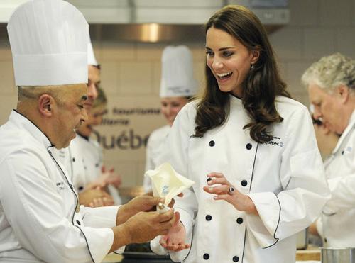 威廉王子网球场上练球技 凯特王妃勤学厨艺