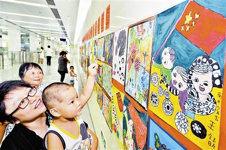 一场主题儿童画展在地铁红旗南路站展出